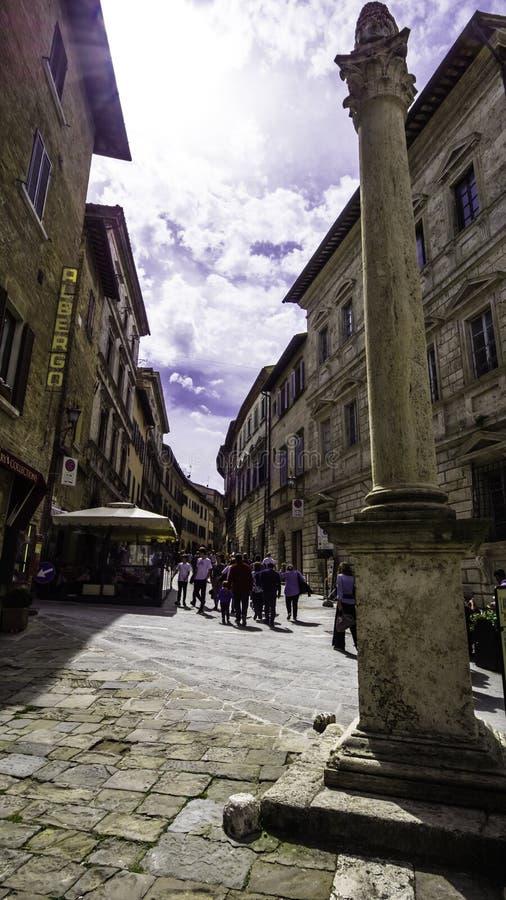 G??wna ulica Montalcino z dziejow? kolumn? i barem dla turyst?w obraz royalty free