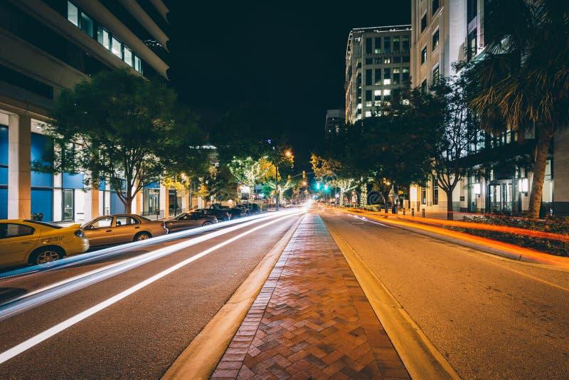 Główna Ulica przy nocą, w w centrum Kolumbia, Południowa Karolina zdjęcie stock