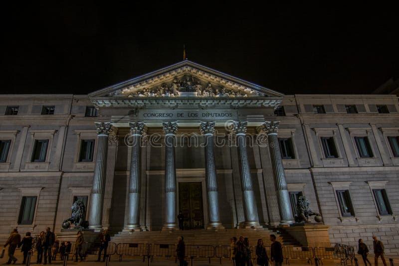Główne wejście Hiszpański kongres przy nocą z lwa statu obraz stock