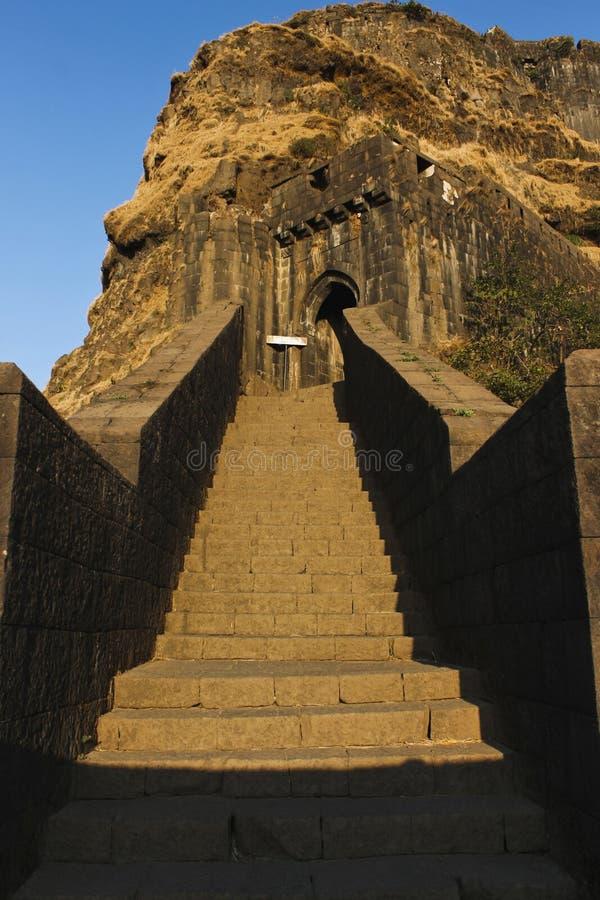 Główne wejście kamienia kroki Lohagad wzgórza fort, Pune okręg, maharashtra, India obraz royalty free
