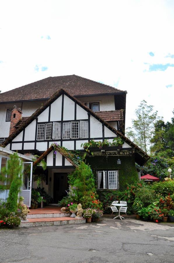 Główne wejście kolonialna ery Tudor stylu bungalowu chałupa teraz Cameron hotelowi średniogórza Malezja fotografia stock