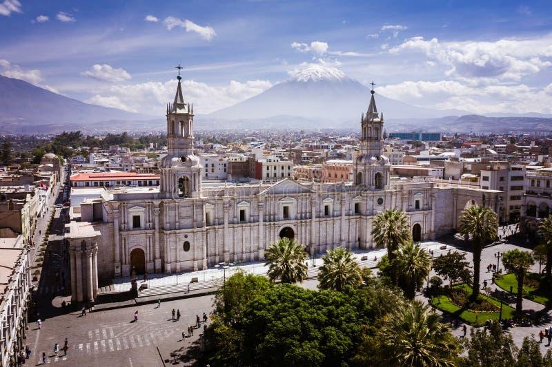 GŁÓWNEGO PLACU I katedry kościół W PERU obrazy stock