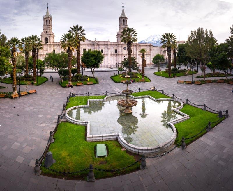 GŁÓWNEGO PLACU I katedry kościół W PERU zdjęcia royalty free