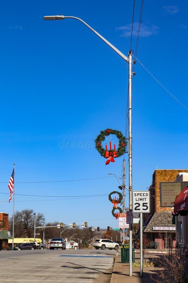Głównej Ulicy miasteczko Ameryka z Bożenarodzeniowymi dekoracjami i flaga amerykańską - Cleveland Oklahoma usa 11-30, 2017 - obrazy stock
