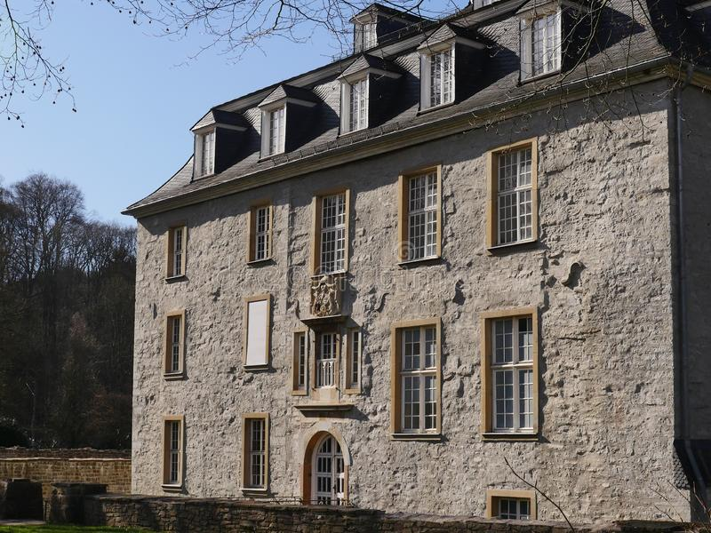 Główny budynek kasztel na wiekach średnich, gipsujący gruz Pięknie wznawiający zdjęcia stock