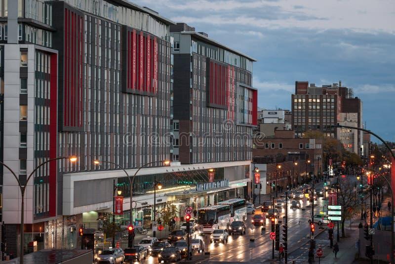 Główny budynek Montreal Termian gare Autobusowy d «Autobus de Montreal przy nocą na Rucianej Berri ulicie z samochodów autobusami zdjęcia stock