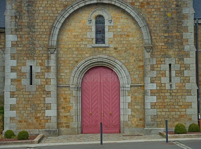 Główny frontowy wejście przy dużą starą kamienną katolicką katedrą obraz stock