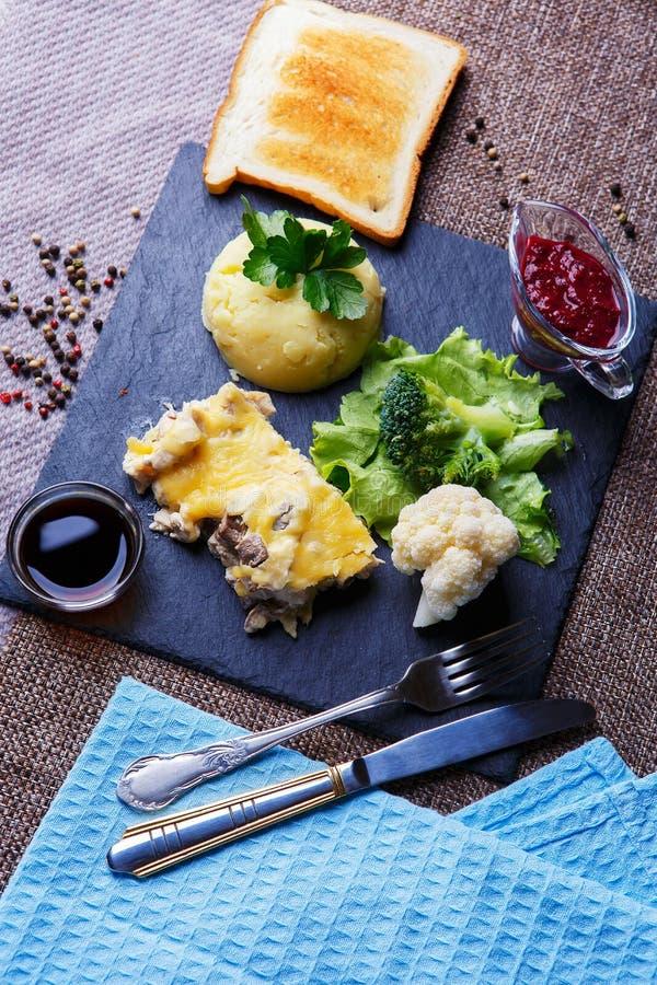 Główny naczynie pieczarkowy julienne z serem i ryż zdjęcia stock