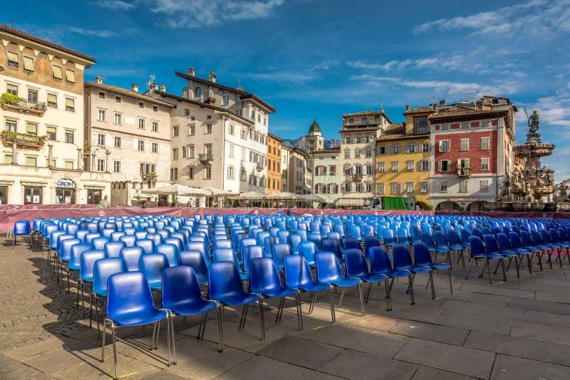 Główny plac miasto Trento piazza Duomo z krzesłami dla skalowanie ceremonii uniwersytet Trento zdjęcie royalty free