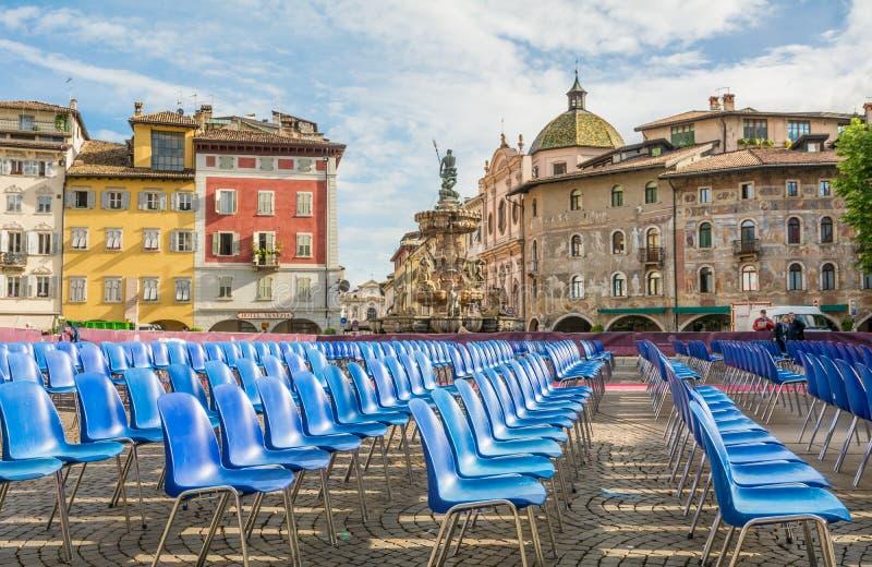 Główny plac miasto Trento Piazza Duomo z krzesłami dla skalowanie ceremonii uniwersytet Trento obraz stock