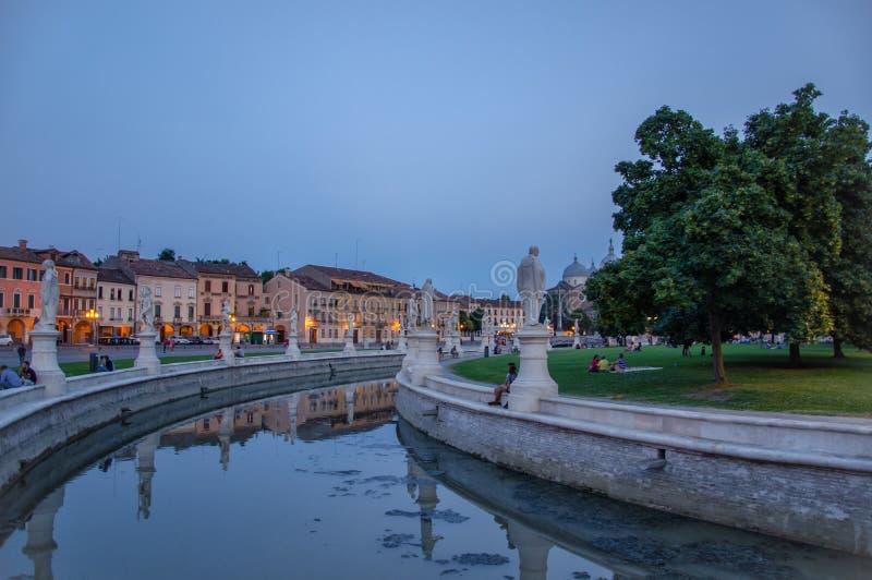 Główny plac Prato della Valle w Padova, Włochy, po zmierzchu zdjęcie royalty free