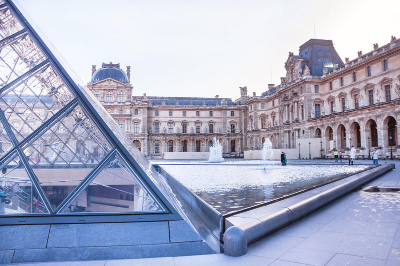 Główny podwórze louvre muzeum z ostrosłupem i fontanną paris fotografia royalty free