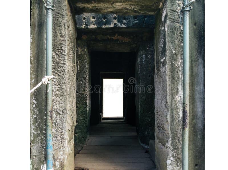 Głębia ruiny drzwi na bielu zdjęcie royalty free