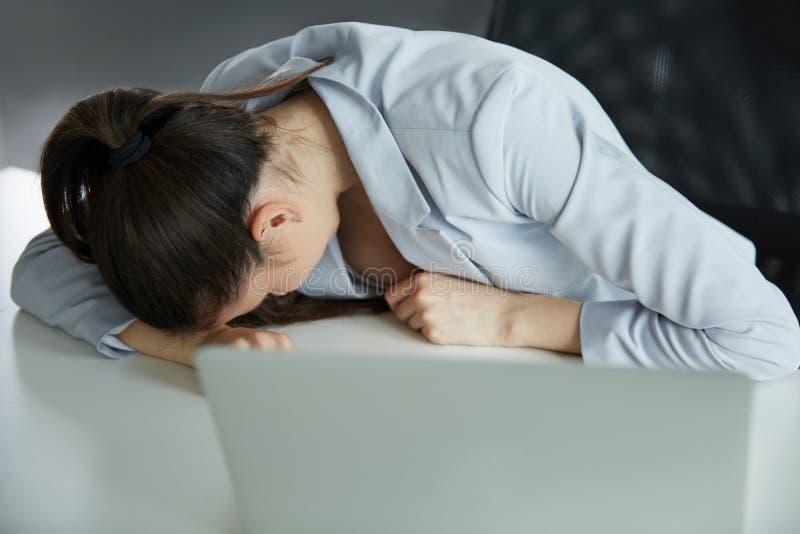 głębii biurka pola ostrości szkieł migreny biurowy profesjonalisty płycizny obsiadania stres stresujący się męczący kobiety pracy zdjęcia royalty free