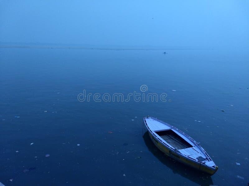 Głęboka błękitne wody zdjęcie stock