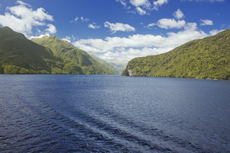 Głęboka błękitne wody w Ciemniusieńkim dźwięku zdjęcia royalty free