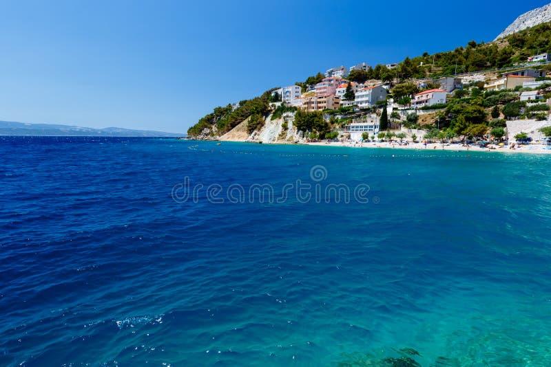 Głęboki Błękitny Morze i Piękna Plaża fotografia stock