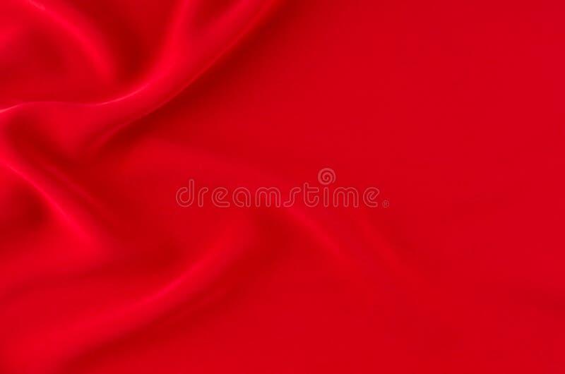 Głęboki - czerwonego jedwabiu gładki falisty tło z kopii przestrzenią obrazy royalty free