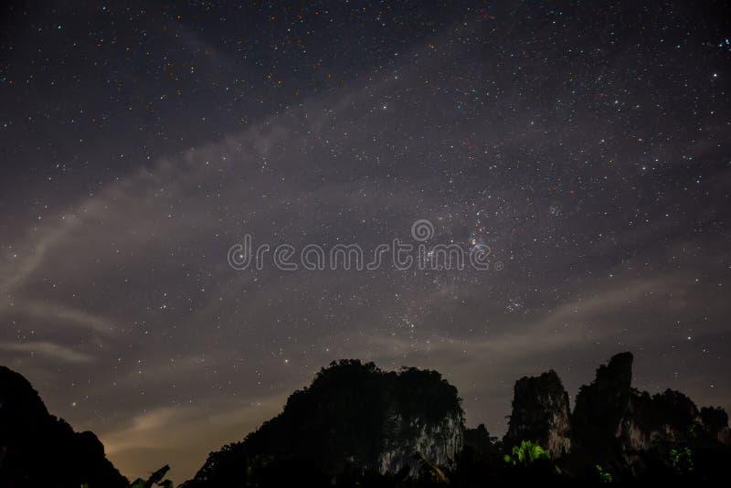 Głęboki nieba astrophopo, nocy gwiazdy, Rockowa faleza. Tajlandia. zdjęcie royalty free