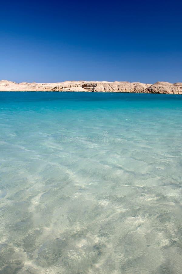 - głęboki niebieski kolor czerwony wody morskiej fotografia stock