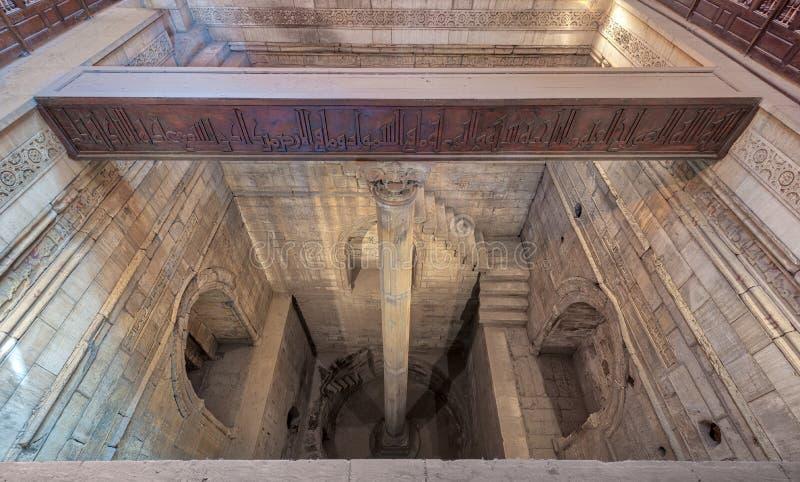 Głęboki Nilometer budynek z jeden kolumną w środku kalibrującym mierzyć poziom Rzeczny Nil dobrze, 715 reklama, Kair, Egipt zdjęcie stock