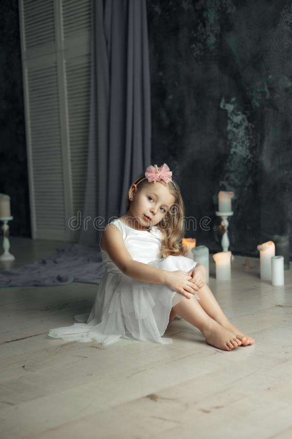 Głęboki widok przygląda się portret mała dziewczynka fotografia royalty free