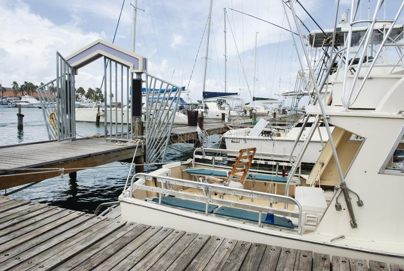 Głębokiego morza łodzie rybackie cumowali przy portem Aruba fotografia royalty free