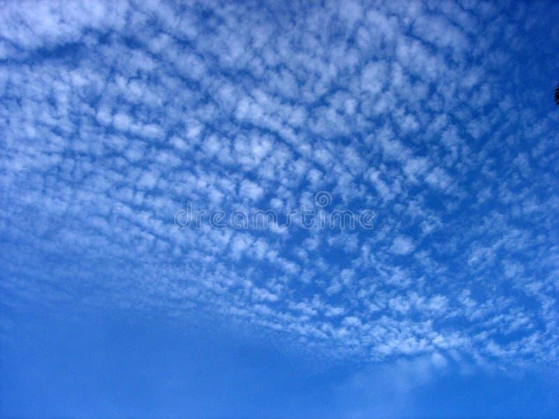 głęboko niebieskie niebo fotografia stock