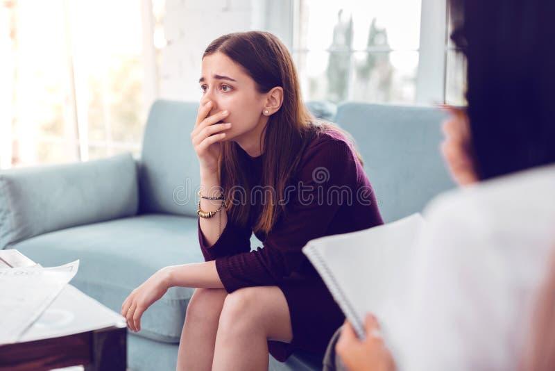 Głęboko niepokojący przygnębiony atrakcyjny dorosłego klient ma doradzać obraz royalty free