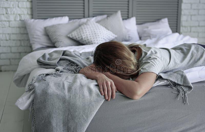 Głęboko wzburzona kobieta na łóżku zdjęcie stock