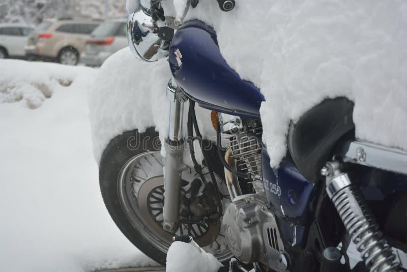 GŁAZ, CO, usa - Marzec 18, 2016: Motocykl parkował outdoors mnie zdjęcia royalty free