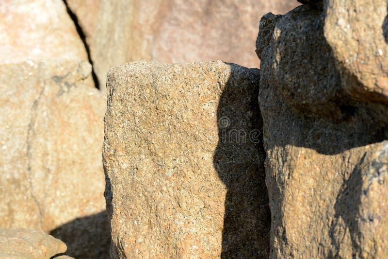 Głazy na dennego wybrzeża Naturalnym kamiennym tle zdjęcie royalty free