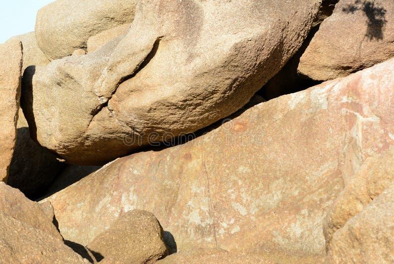 Głazy na dennego wybrzeża Naturalnym kamiennym tle obrazy stock