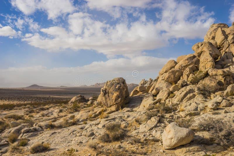 Głazy Tworzą zbocze w Mojave pustyni fotografia stock
