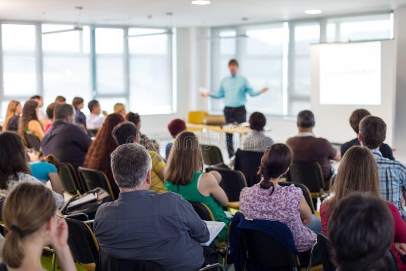 Głośnikowa daje prezentacja na biznesowej konferenci zdjęcie royalty free