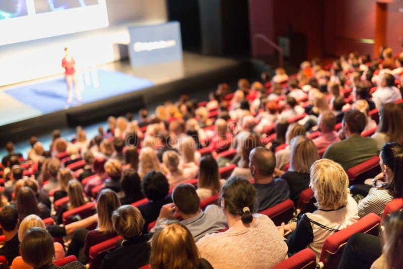 Głośnikowa daje prezentacja na naukowej biznesowej konferencji obrazy stock