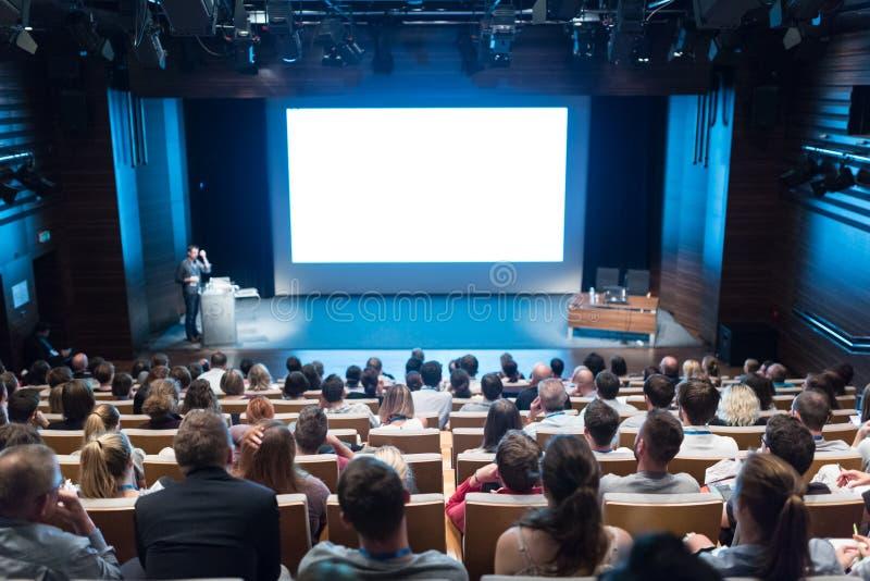 Głośnikowa daje prezentacja na opieki zdrowotnej konferenci zdjęcia stock