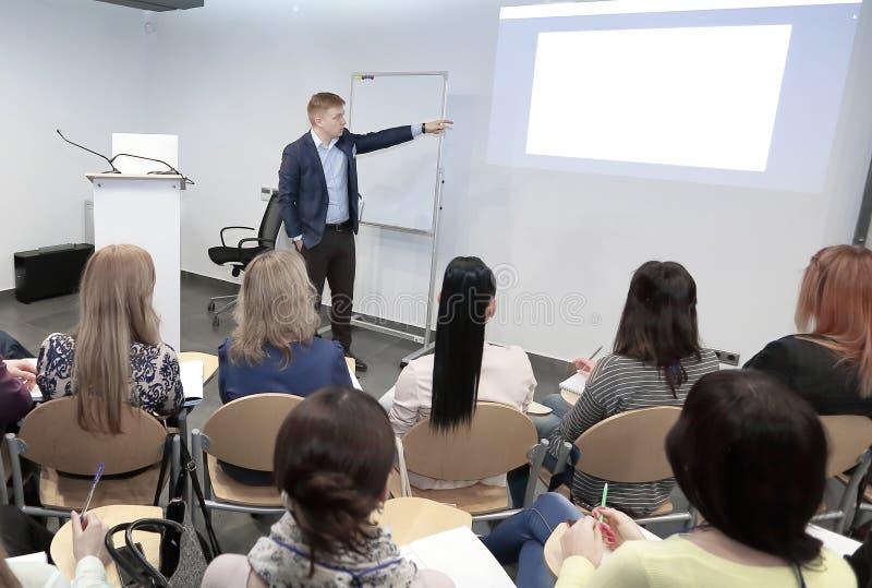 Głośnikowa pozycja i wykładać na biznesowej konferenci w spotkanie sala zdjęcia royalty free