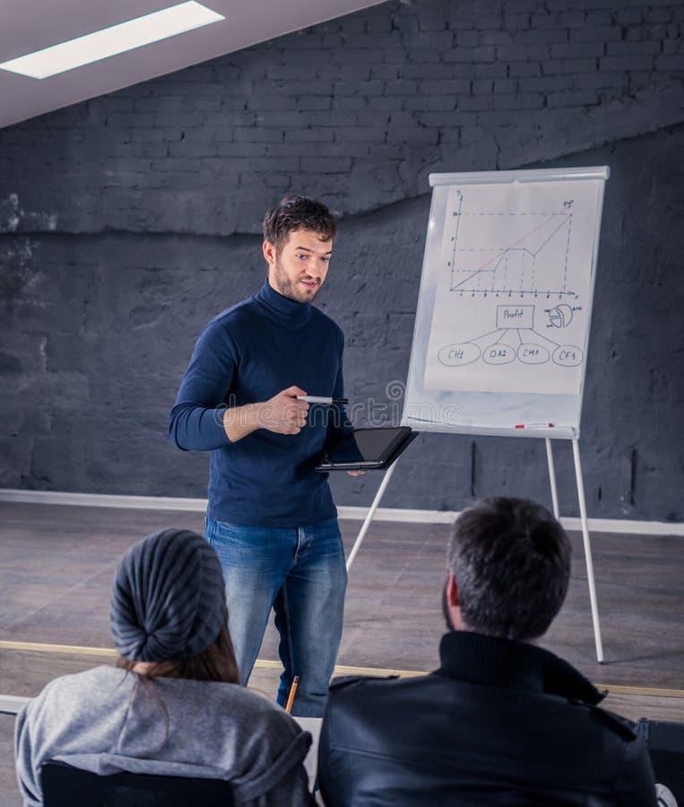 Głośnikowy mężczyzna opowiada widownia podczas konferenci obrazy stock