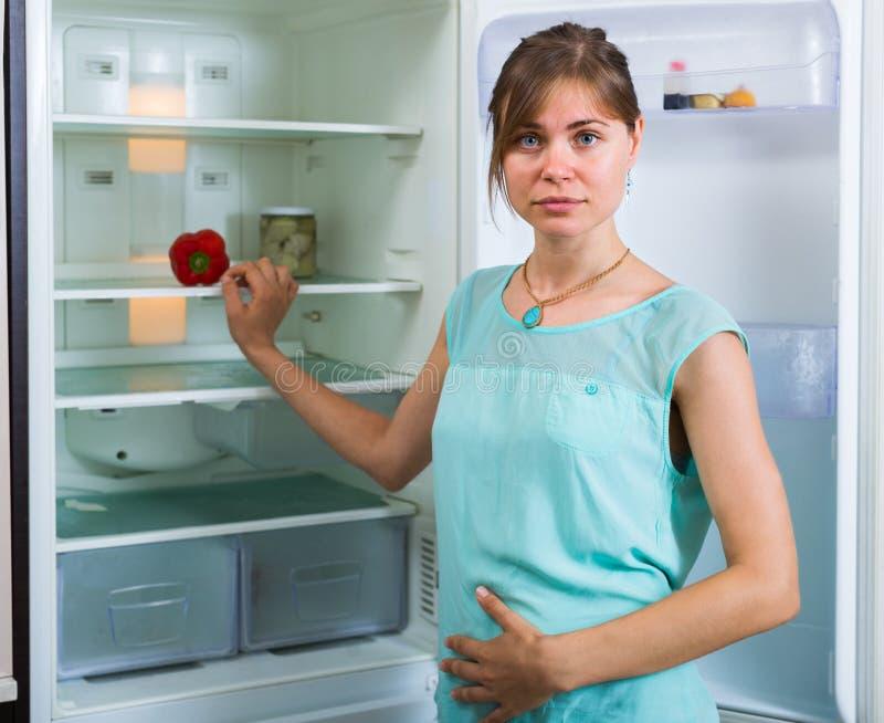 Głodny dziewczyny blisko pusty fridge obraz stock