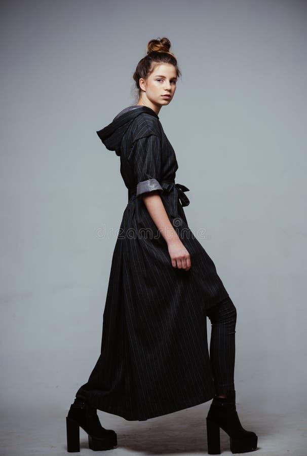 głos Mody i mody pojęcie mody kobieta w studiu luksusowa moda dla prawdziwych kobiet Klasyk nigdy iść z stylu obrazy stock