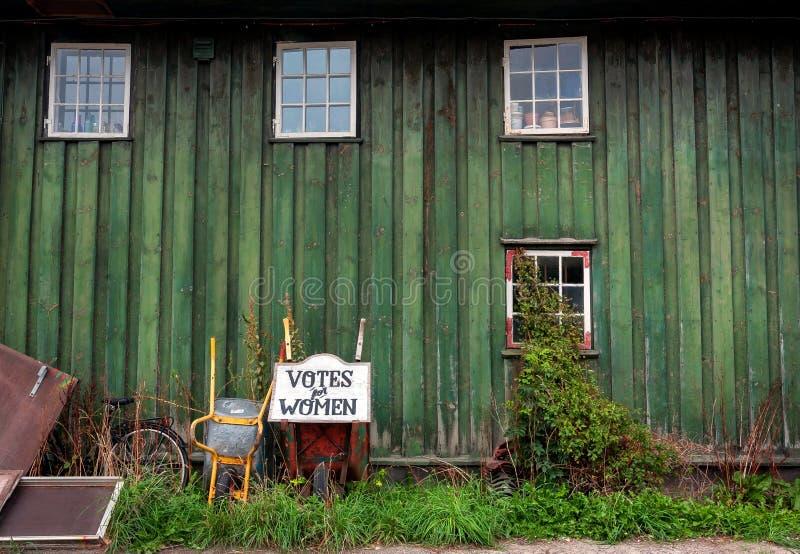 Głosowania dla kobiet, szyldowy pobliski tradycyjny wioska dom Christiania Freetown z drewnianymi ścianami zdjęcia stock