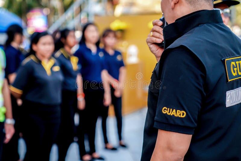 Głowa pracownika ochronego wezwania rozmowa w walkie talkie dla komunikacji drużyna i spotkanie zdjęcie stock