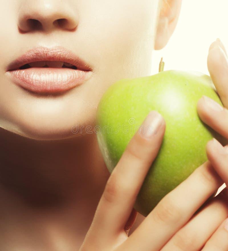 Głowa strzał kobiety mienia zieleni jabłko przeciw białemu tłu zdjęcia royalty free