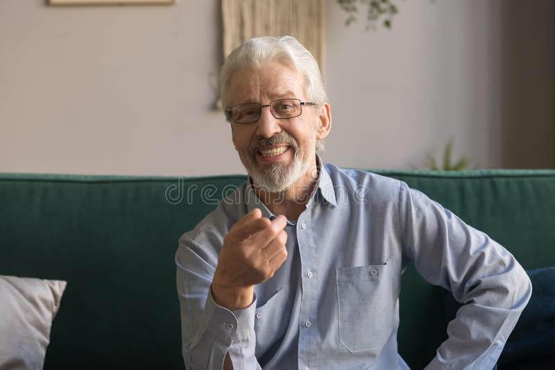 Głowa strzału portret uśmiechnięty dorośleć mężczyzny patrzeje kamerę zdjęcie stock