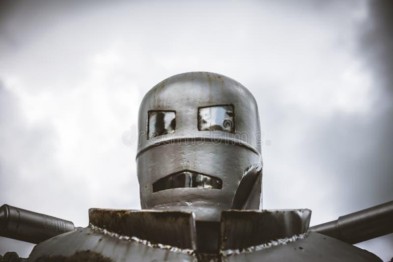 Głowa strzelająca stalowy retro robot obraz royalty free