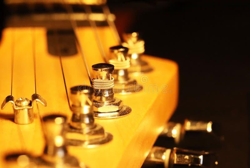 Głowa szyja gitary elektrycznej stratocaster z czopami i sznurkami Artystyczna fotografia nawleczony drewniany musical zdjęcie royalty free