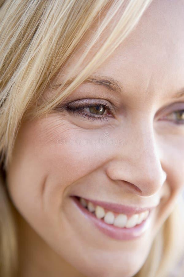 głowa wystrzelona uśmiechnięta kobieta zdjęcie stock