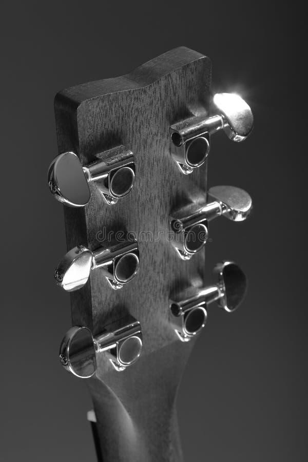 Głowa z metalu nastrajania czopami klasyczna sześciostrunna drewniana gitara akustyczna obraz royalty free