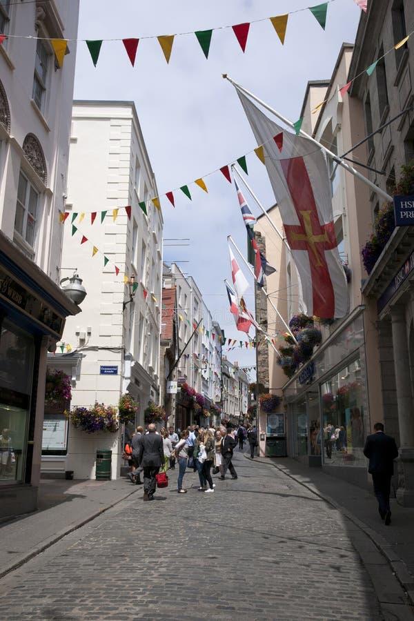 Głowna Ulica w miasteczku St Pierre portu St Peter port główna ugoda Guernsey channel islands, UK - 11th Lipiec zdjęcia royalty free